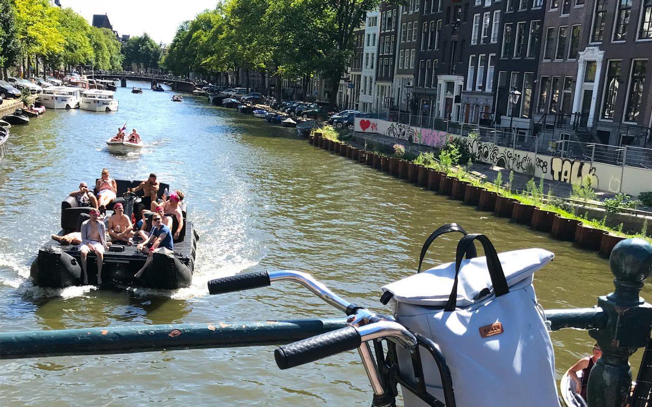 RANZN Backpack in Amsterdam auf einem Fahrrad